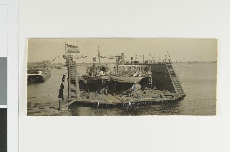 Twee salonschepen van Rederij Zur Mühlen en Co. in een droogdok in de haven van Amsterdam.