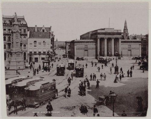 Dam, Beurs van Zocher (voormalig), exterieur. Rechts Monument 1830. Gezien naar Damrak met Centraal Station