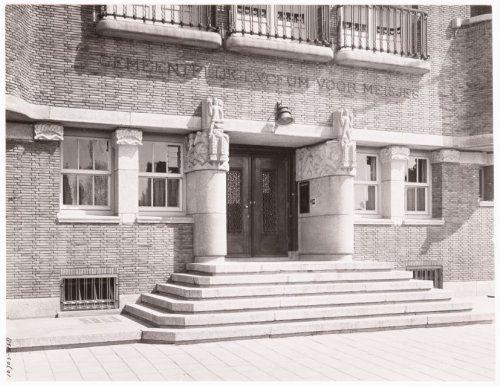 Reijnier Vinkeleskade 62, De hoofdingang van het schoolgebouw voor het Gemeentelijk Lyceum voor meisjes