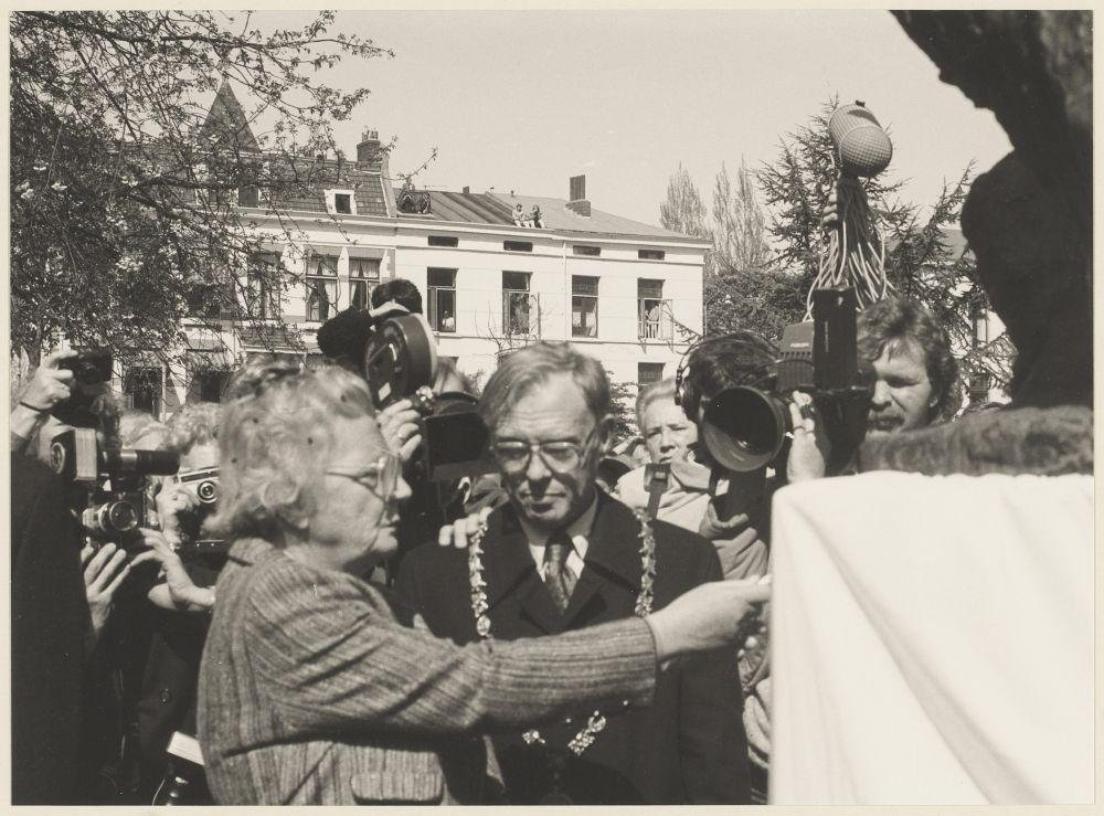 Prinses Juliana onthult het Hannie Schaft monument.