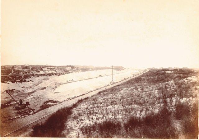 De doorgraving van de duinen bij IJmuiden tbv de aanleg van het Noordzeekanaal, ca 1871.