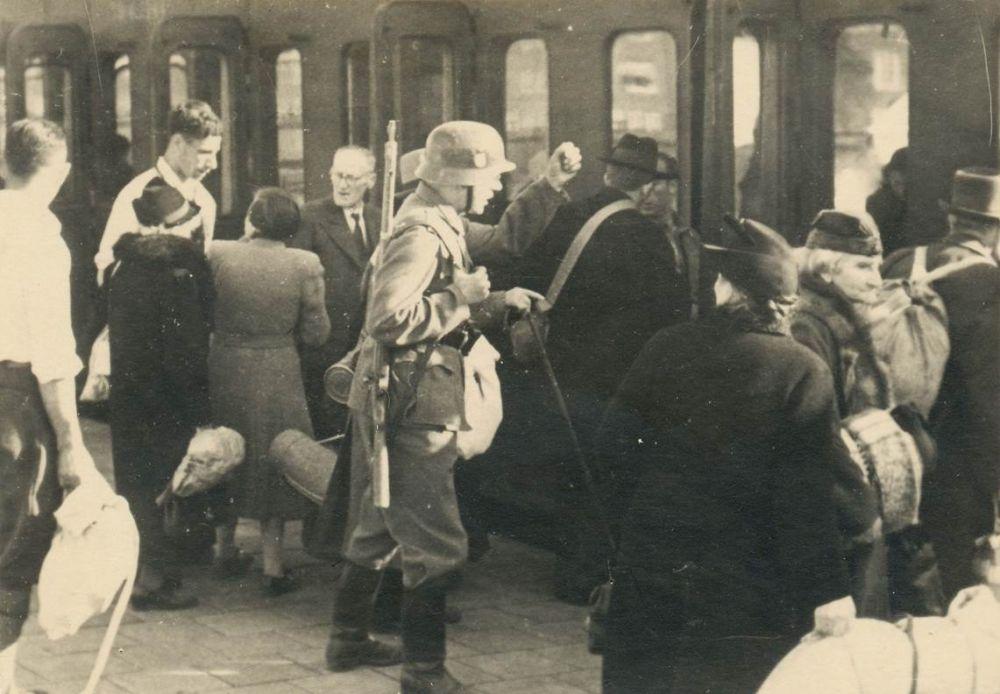 Transport van joden vanuit Amsterdam naar kamp Westerbork.