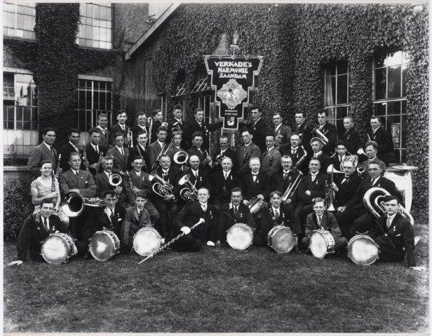 Zaandam Verkade Harmonie ( en drumband) Zaandam, met vaandel en instrumenten, opgericht op 6 mei 1927 - Collectie Gemeentearchief Zaanstad