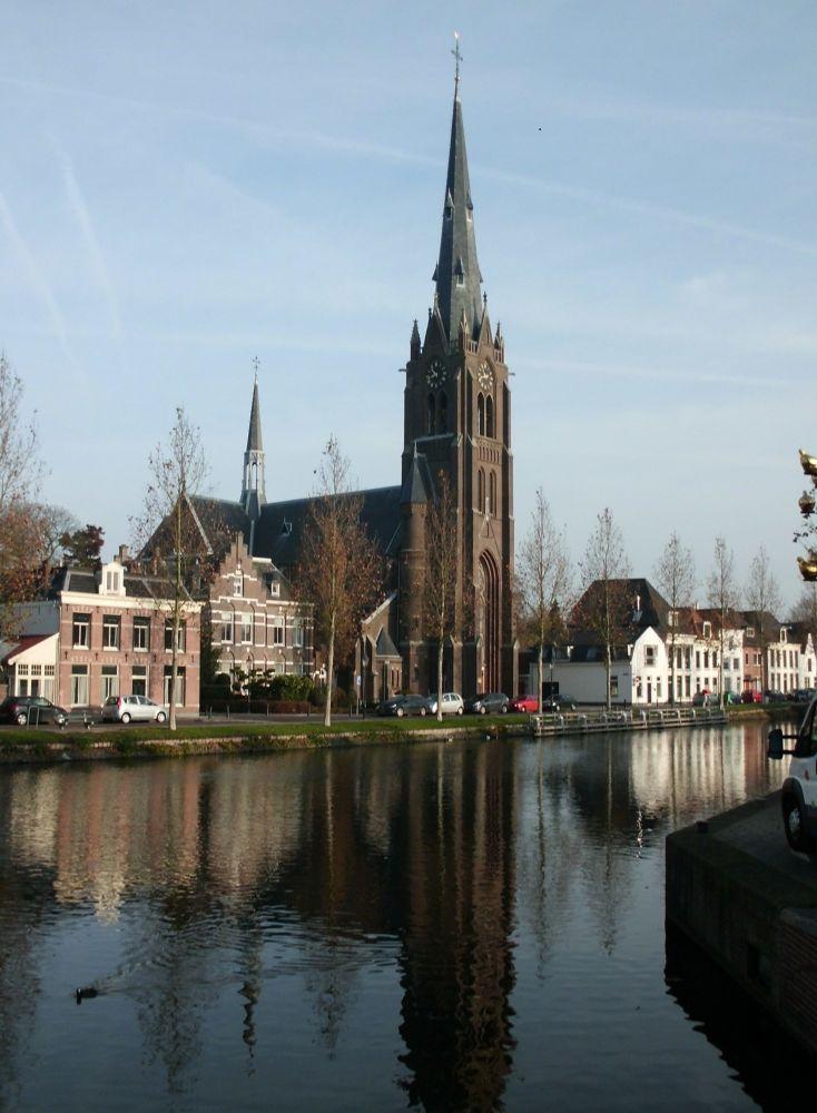 St. Laurentiuskerk met de hoge toren.