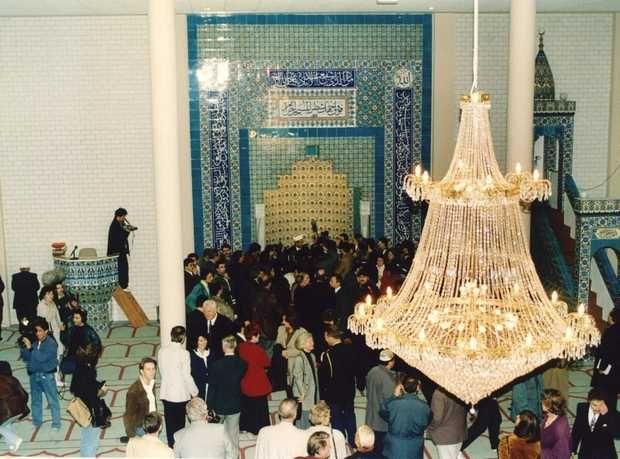 Interieur van de Sultan Ahmet Moskee bij de opening in 1994