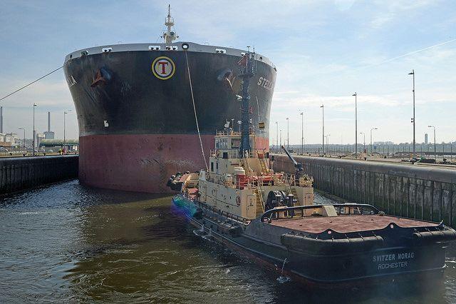 Het schip de Stella in de Noordersluis in IJmuiden