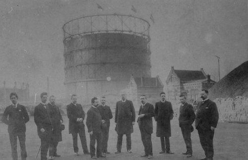 Heren voor de grote gashouder van de Westergasfabriek