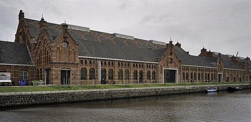 Het lange en beeldbepalende zuiveringshuis van de Westergasfabriek aan de Haarlemmertrekvaart.