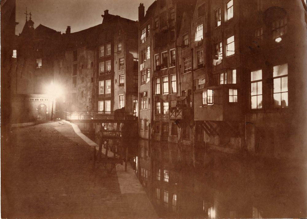 1910, de Oudezijds Achterburgwal die leidt naar de Spooksteeg