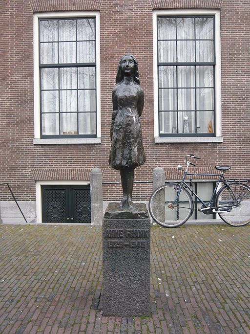 Het standbeeld van Anne Frank, gemaakt door Mari Andriessen, bij de Westerkerk in Amsterdam