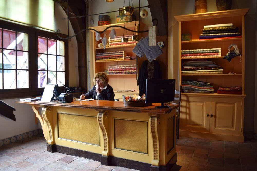 De entree van het museum is tevens stoffenwinkel.