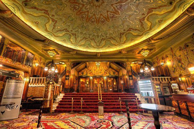 De foyer van bioscoop Tuschinski