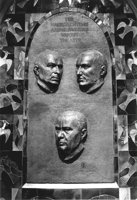 Gedenkplaat ter herinnering aan de joodse oprichters van bioscoop Tuschinski