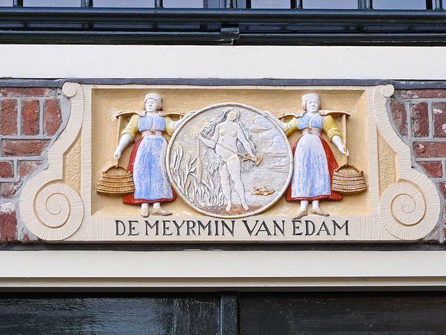 De gevelsteen van de zeemeermin in een huis aan het Jan Nieuwenhuizenplein in Edam