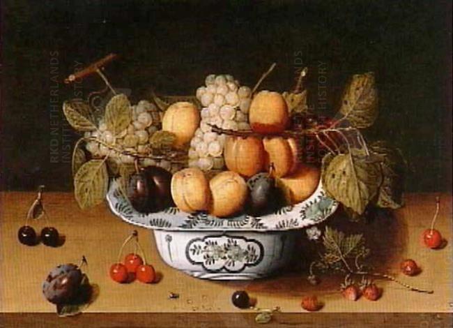 Isaac Soreau, Stilleven met pruimen, druiven, kersen en aardbeien in een Wan Li-Schaal, 1609-1647