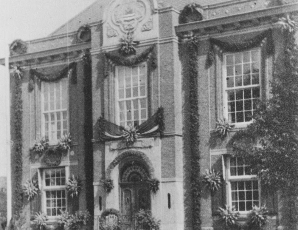 Het versierde Polderhuis in Hoofddorp tijdens het bevrijdingsfeest in Hoofddorp