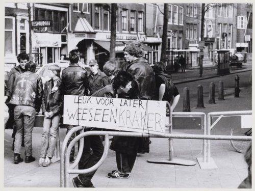 Demonstraten tijdens de kroning van Beatrix