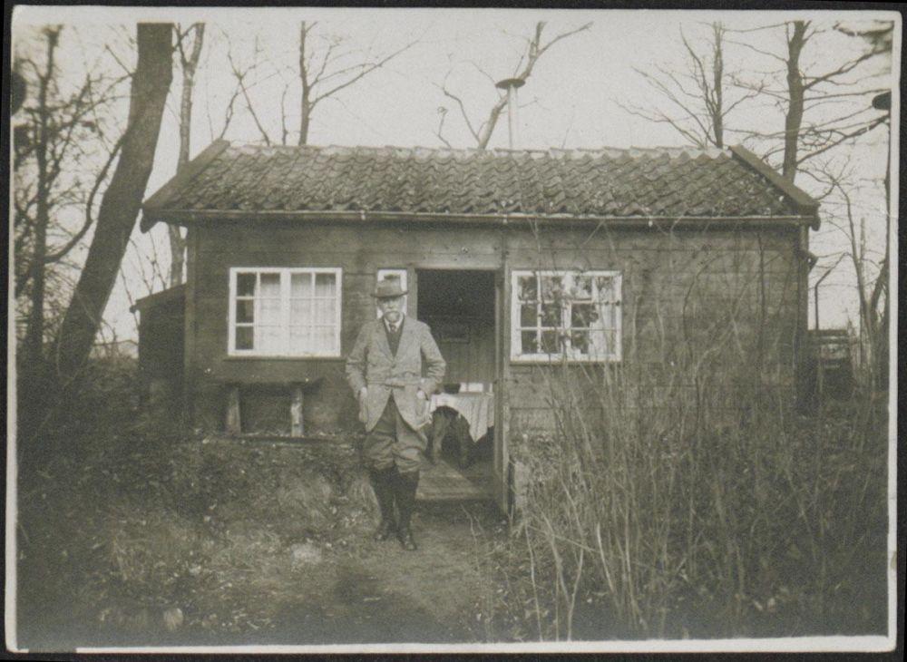 Frederik van Eeden voor zijn hut op Walden