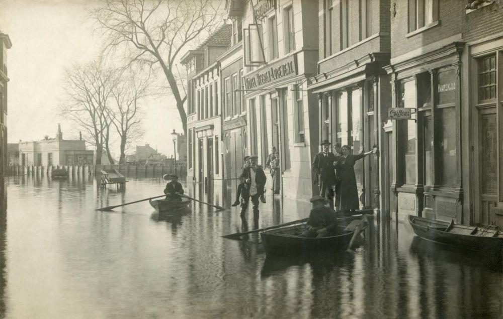 Een typisch voorbeeld van straatfotografie van fotograaf J.H.P. Coppens uit Purmerend uit de collectie van J.D. Laureys. Op de achtergrond is de Amsterdamse Poort en het Heerenlogement (rechts) te zien.