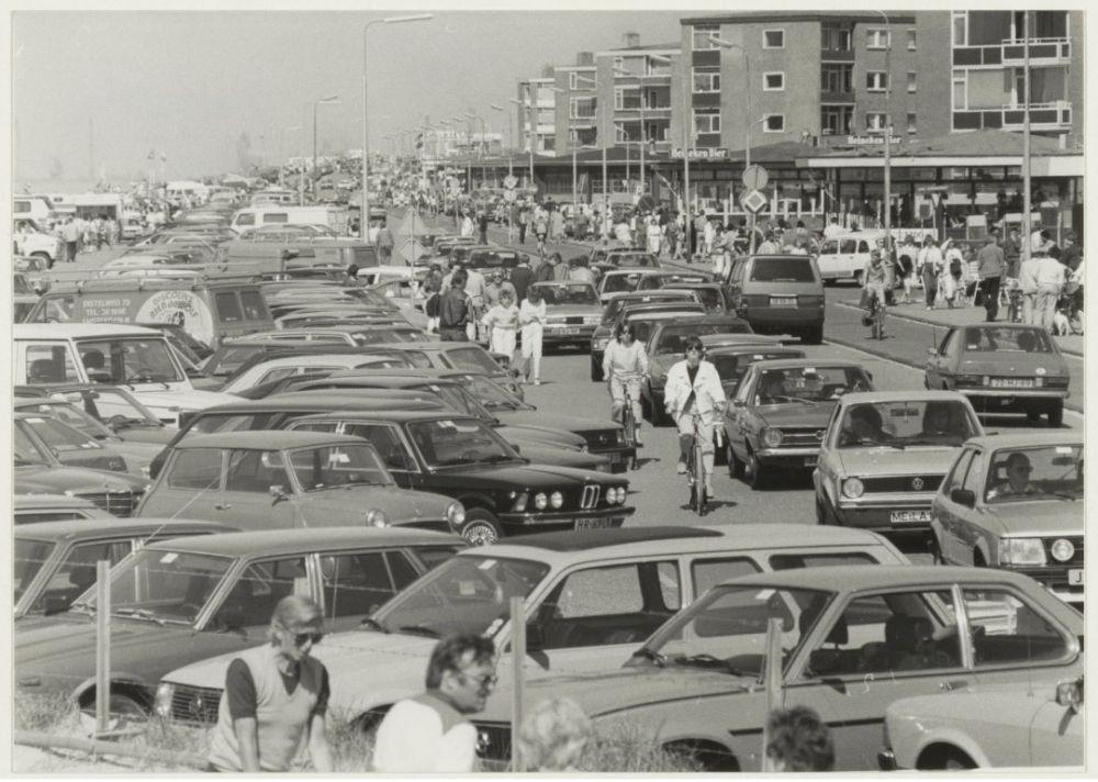 Auto's bij Boulevard Barnaart in Zandvoort