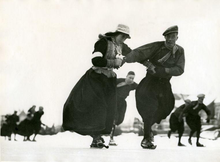 Schaatsen in klederdracht. Beeld: Nationaal Archief via Flickr.