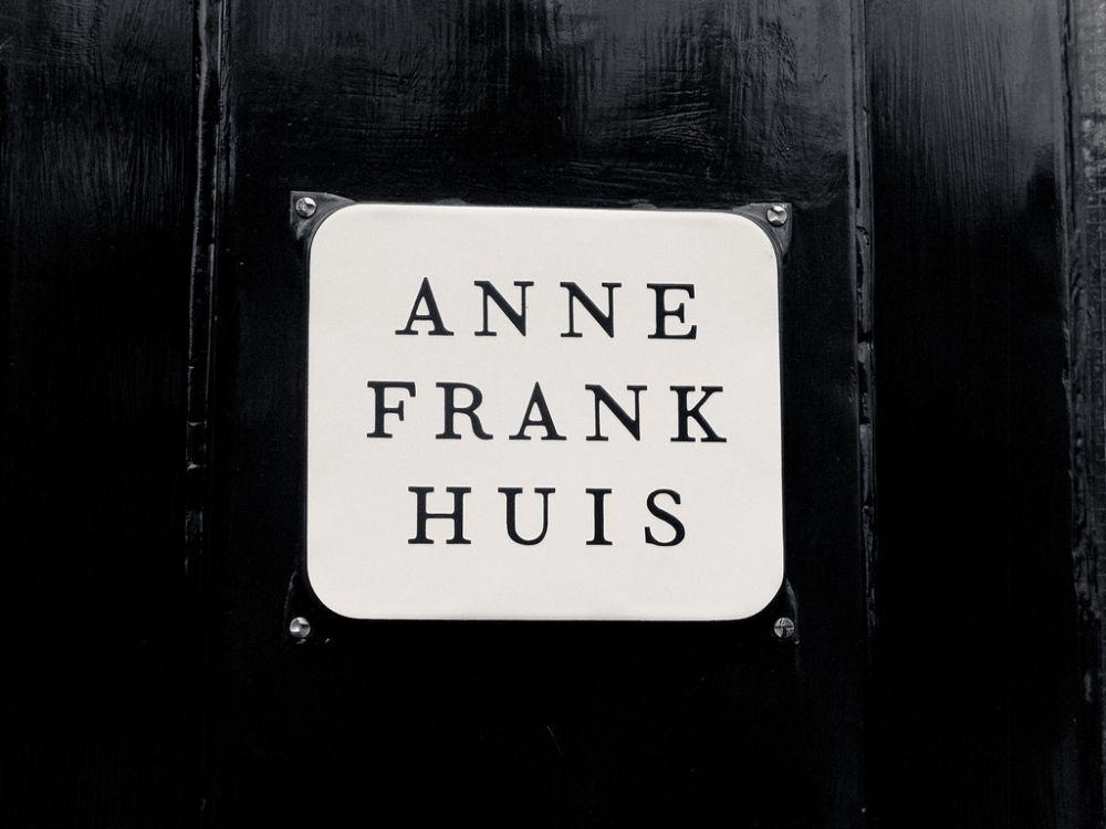 Naambordje van het Anne Frank Huis. Beeld: Henrik Johansson via Flickr.