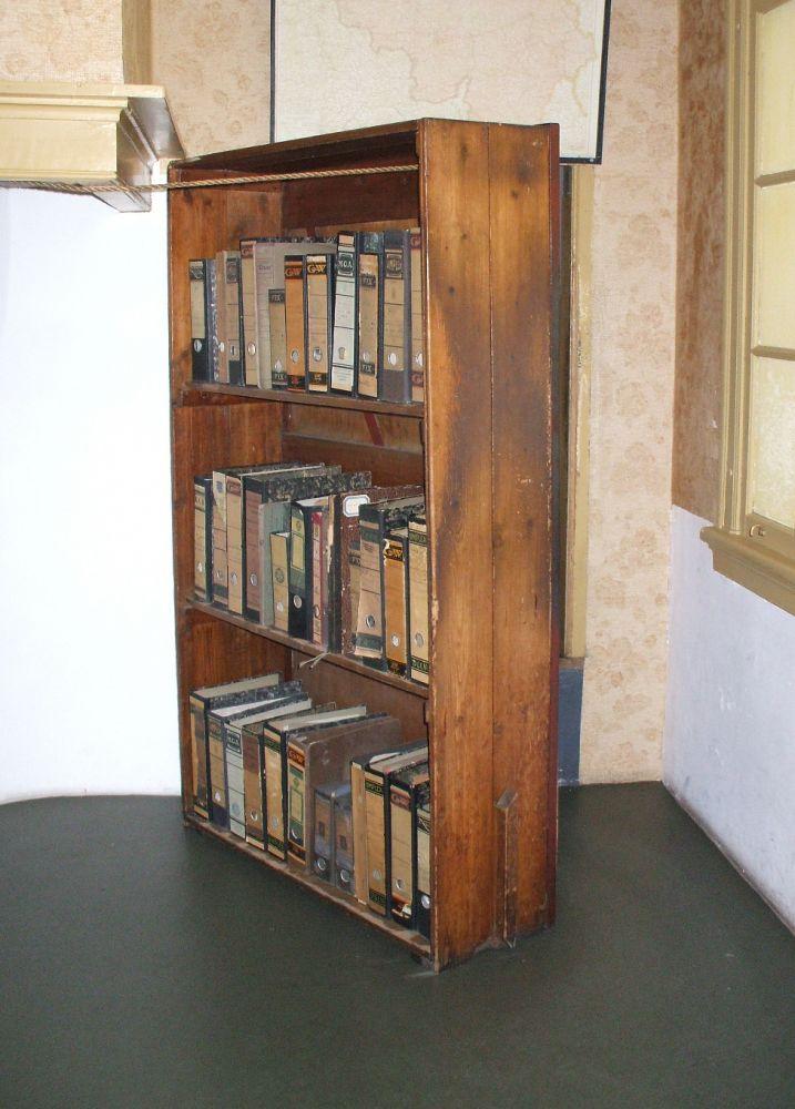 De gereconstrueerde draaibare boekenkast in het Anne Frank Huis. Beeld: Wikimedia Commons.