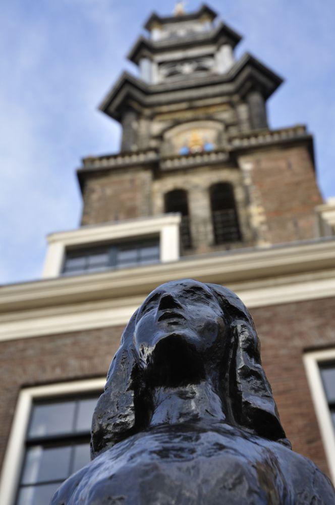Standbeeld van Anne Frank aan de voet van de Westertoren. Beeld: Johan Wieland via Flickr.