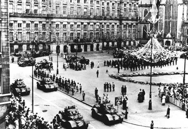 1945: parade op de Dam