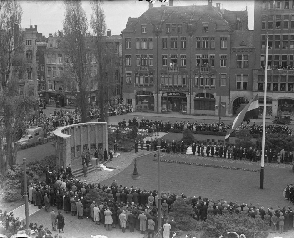 1950: urnbijzetting in het tijdelijke Nationale Monument