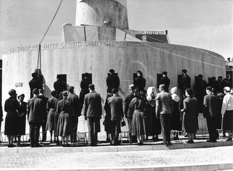 1956: Onthulling Nationale Monument op de Dam