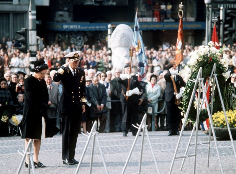 1972: koningin Juliana en prins Bernhard tijdens de kranslegging