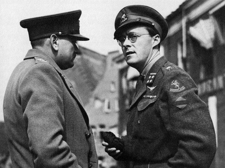 Prins Bernhard (r) praat met de Canadese generaal Charles Foulkes (l)