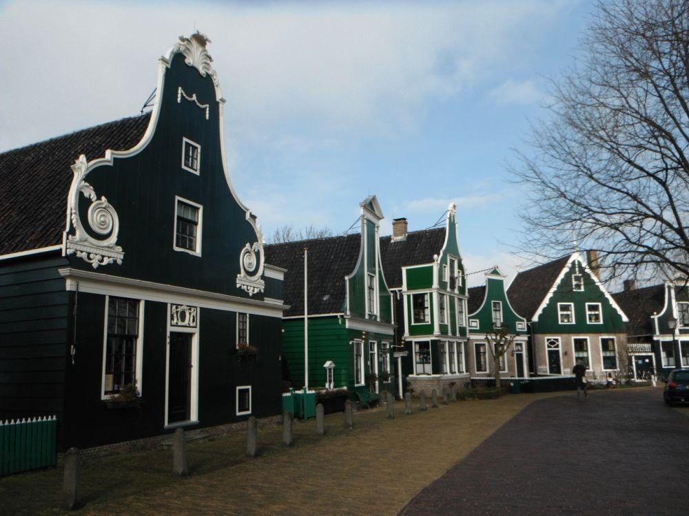 Links vooraan het wevershuis dat het museum herbergt.