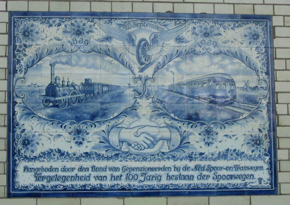 Tegeltableau honderd jaar spoorwegen in Station Haarlem.