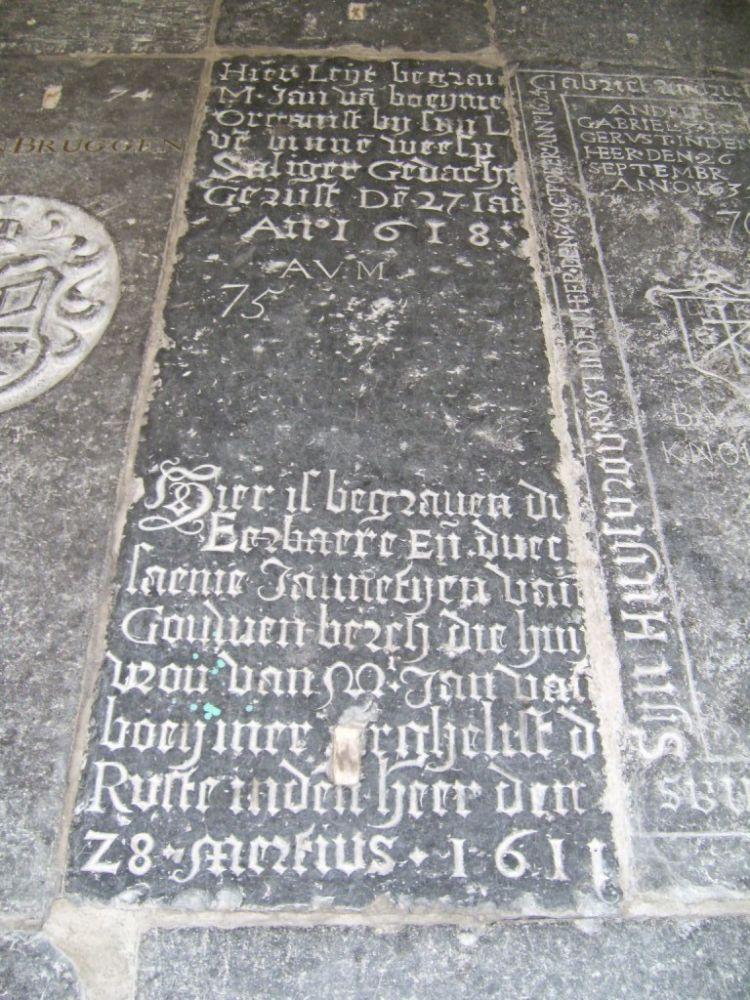 Grafsteen van de organist meester Jan van Boeyiner, overleden in 1618 en van zijn huisvrouw in de Grote Kerk te Weesp.