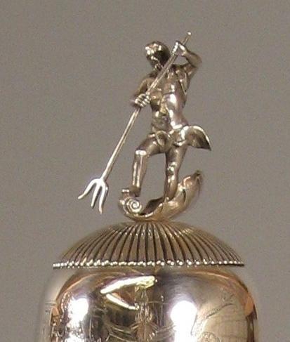 Het beeldje van Neptunus op het deksel van de nieuwe hensbeker van de Hondsbossche uit 1815.