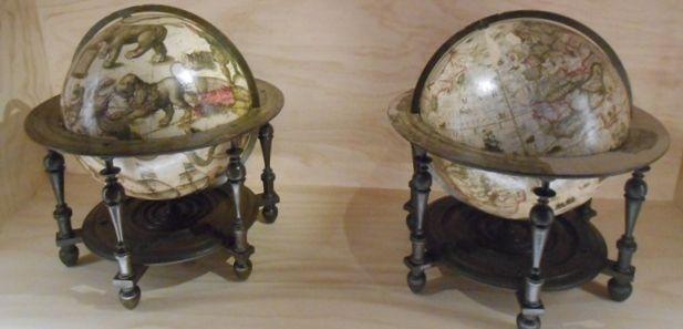 Twee van de fraaiste globes ooit gemaakt