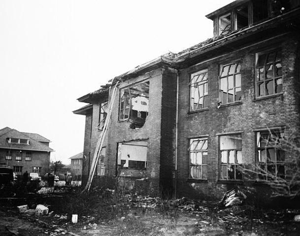 Beschadigd gebouw van de Kolonel Palmkazerne na de vliegtuigcrash in 1957.