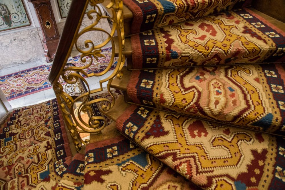 Het gereconstrueerde tapijt in de hal en op de trap van de eerste etage
