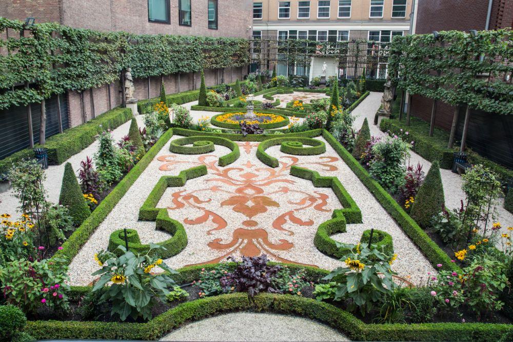 De tuin achter het museum