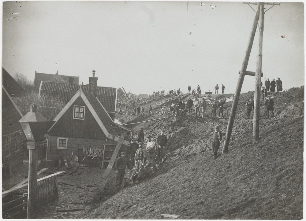Dijkwerkers na de watersnoodramp