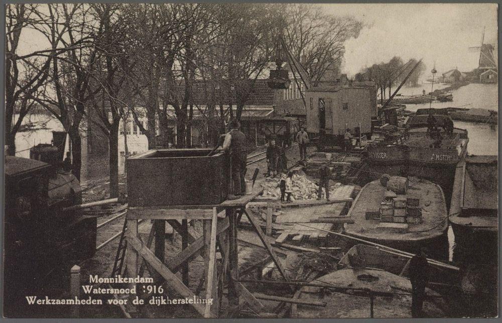 Aanvoer van materialen te Monnickendam voor herstel van de dijken.