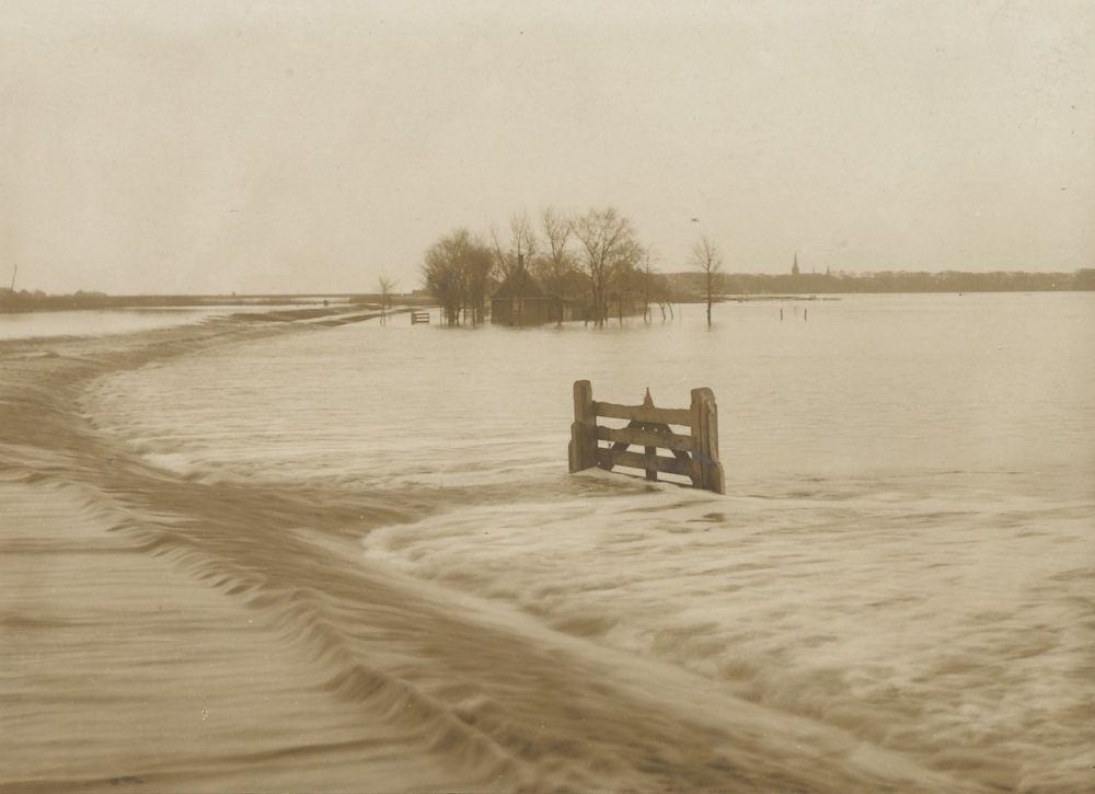 Overlopen van de Kloosterdijk, met rechts op de achtergrond Monnickendam.