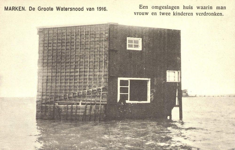 Een van de fundering gespoeld huis op Marken
