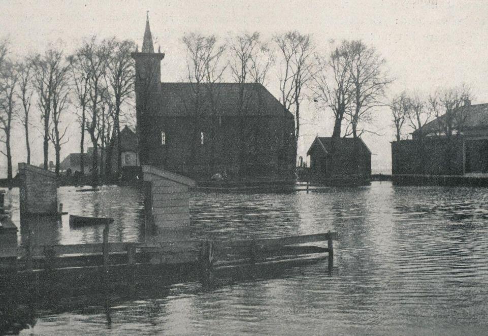 De dorpskerk van Schellingwoude, rondom in het water.