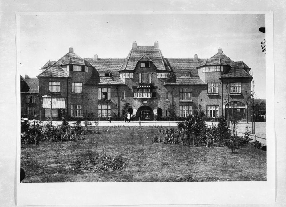 Woongebouw met arbeiderswoningen uit 1918 aan de Ganzenweg in de Vogelbuurt naar ontwerp van Arnold Ingwersen en Tjeerd Kuipers.