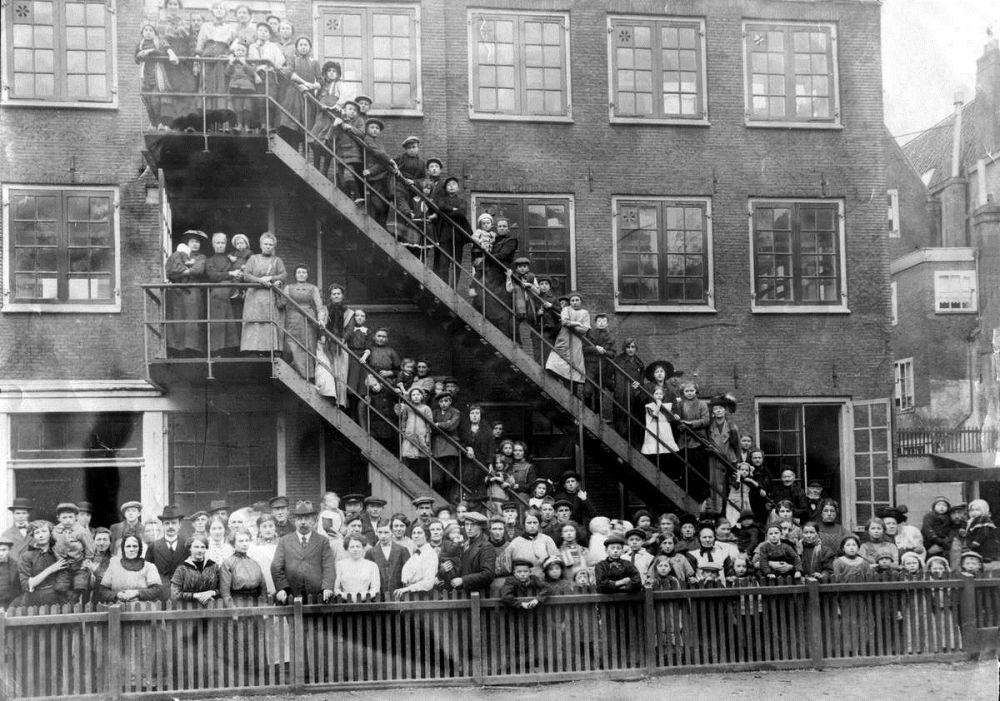 Stormvloed 1916. Passantenhuis Amsterdam met vluchtelingen van de watersnood in Noord-Holland. Nederland,1916.