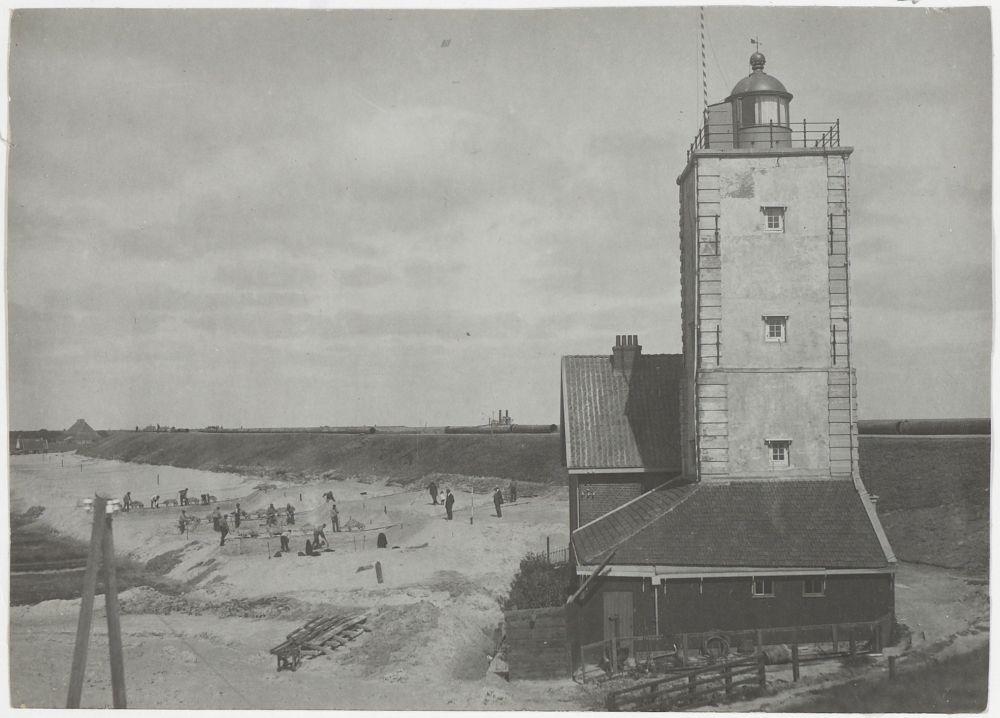 Herstellen van de dijk bij vuurtoren De Ven, zomer 1917.