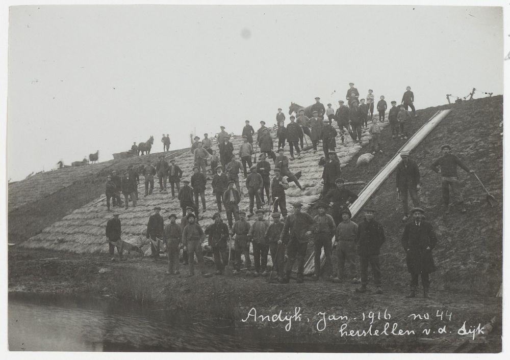 Andijk, herstellen van de dijk met zandzakken, januari 1916.